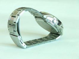 Cómo ajustar el reloj del metal de la banda Casio
