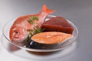 Cómo cocinar el pescado en los tablones de madera