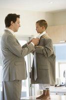 Como nudo de corbata de un hombre