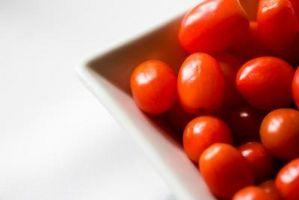 Cómo cortar varios pequeños tomates a la vez