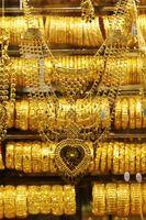 Lo joyas para llevar con un vestido de satén Mocha