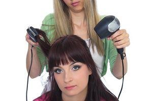Cómo ayudar a los cabellos dañados por el exceso de golpe de secado y planchado caliente