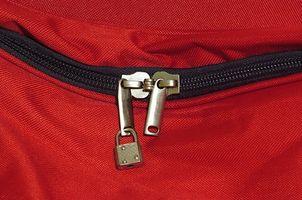 Cómo empacar un traje en una bolsa de lona