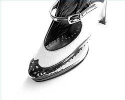 Cómo limpiar los zapatos negros y blancos