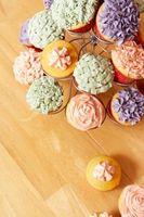 Cómo decorar un pastel para que parezca un magdalena