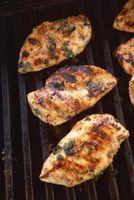 Cómo hervir el pollo del adobo y lo utilizan como una salsa