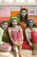 Cómo hacer una máscara de barro para la fiesta del balneario para niños