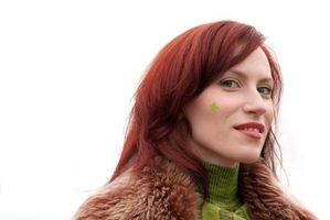 Cómo blanquear la Red Fuera de los cabellos teñidos