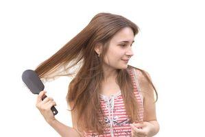 Cómo comparar los colores oscuros de Brown permanente del cabello