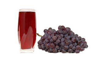 ¿Cómo colocar las uvas en un Exprimidor