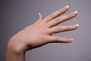 Cómo hacer blanco esmalte de uñas para una manicura francesa