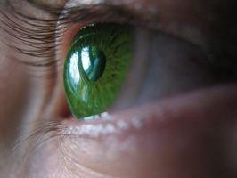Cómo utilizar la lente de contacto gotas en los ojos