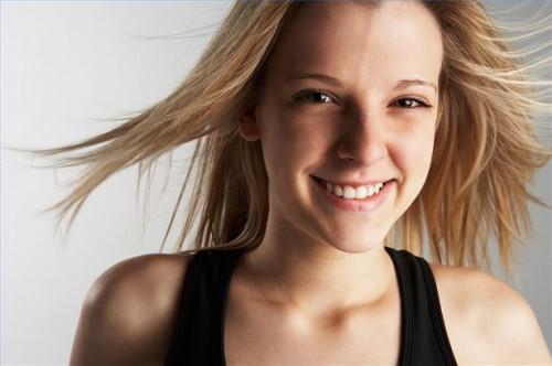 Cómo conseguir un cabello sano con un enjuague para el cabello natural