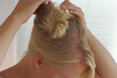 Cómo atar de pelo para una cola de caballo elegante Updo