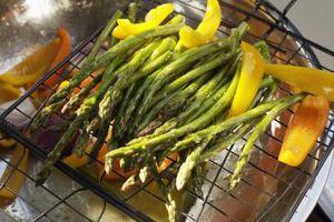 Cómo utilizar una cesta de verduras Grill