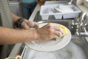 Cómo mantener las manos suaves después de lavar los platos con agua caliente