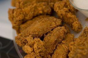 Cómo mantener las manos limpias Mientras empanado de pollo frito