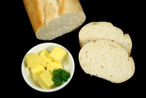 Cómo Calentar una precocido pan francés Pan