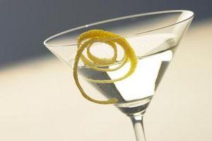 Cómo cortar los limones para Guarniciones de la bebida