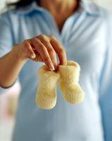Cómo decorar las magdalenas con glaseado de los botines del bebé