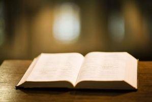 Cómo hacer un pastel en forma de Biblia