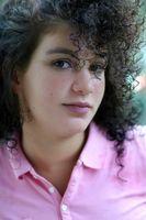 Cómo hacer crecer el pelo rizado de color