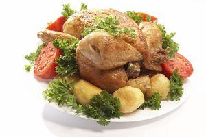 ¿Cómo puedo cocinar un pollo congelado asado?