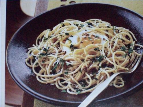 Cómo hacer espagueti con queso parmesano y huevos fritos