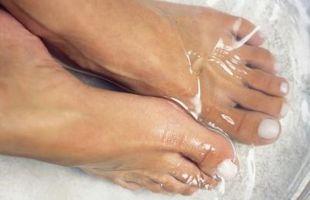 Cómo usar maquillaje para cubrir los callos del dedo del pie