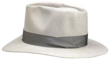 ¿Cómo se usa un sombrero de fieltro para los hombres?