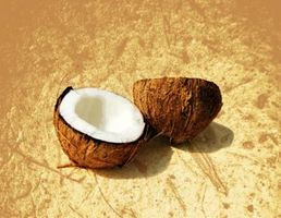 Cómo utilizar aceite de coco como un auxiliar para el moldeado del cabello