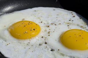 Cómo cocinar los huevos en hierro fundido