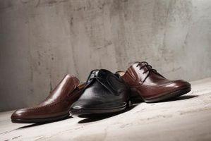 Cómo estirar los zapatos de cuero