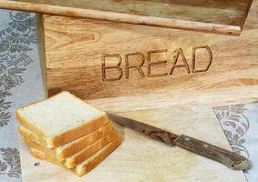 Cómo mantener el pan húmedo en una caja de pan
