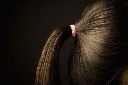 Cómo utilizar una banda de goma para Hair Style