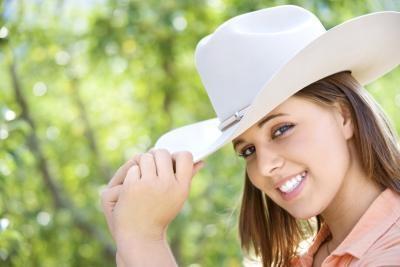 Las maneras de vapor y rigidizar un sombrero de vaquero