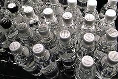 ¿En qué consiste el proceso de embotellado de agua?