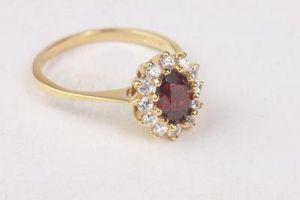 Cómo limpiar los anillos de oro con incrustaciones de piedras