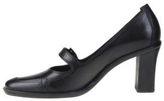 La adición de una correa a un zapato