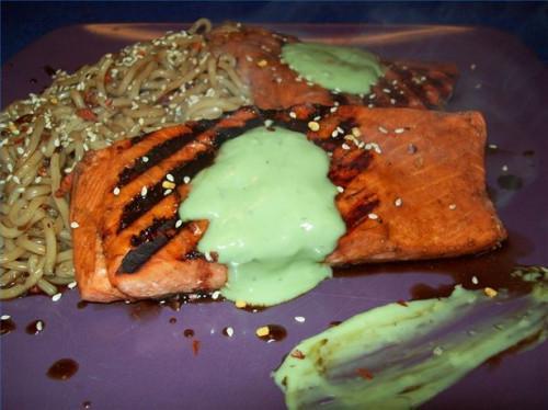 Cómo cocinar el salmón en un tablón del cedro