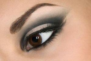 Cómo hacer un ojo ahumado con pestañas falsas
