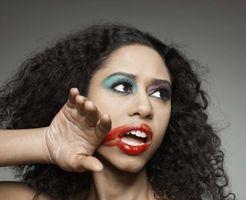Cómo hacer maquillaje sobre una chica de piel oscura