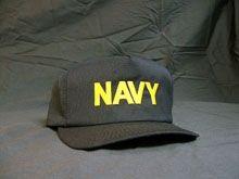 Cómo usar una gorra de uniforme de la Marina