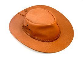 Cómo estirar un sombrero de cuero