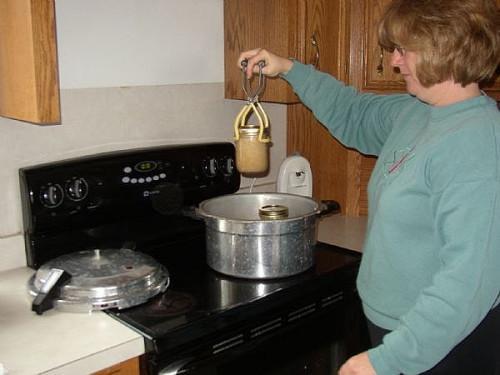 Cómo procesar chucrut en tarros de enlatado