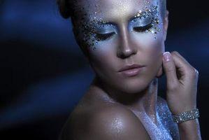Cómo aplicar diamantes de imitación faciales