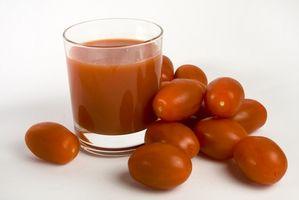 Cómo lavar un perro en jugo de tomate