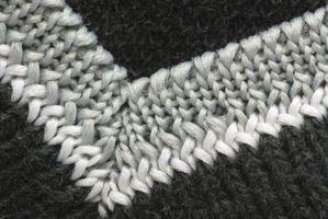 A tejer un suéter con cuello en V