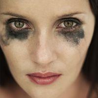 Cómo quitar manchas de sombra de ojos