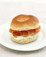Lo que va con salmón ahumado, bagels y queso crema?